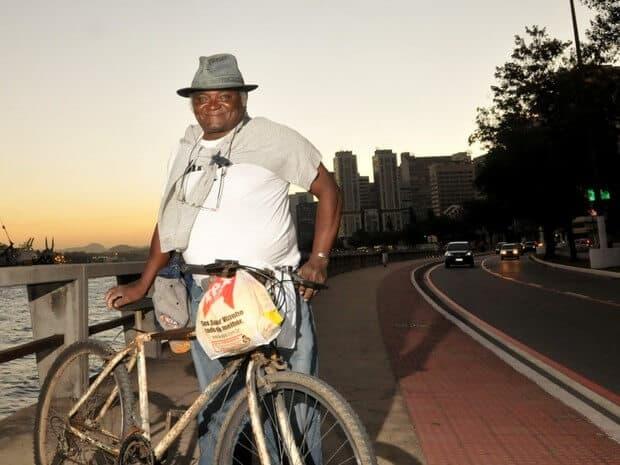 Pedreiro se forma em Direito após pedalar 42 km por dia para estudar